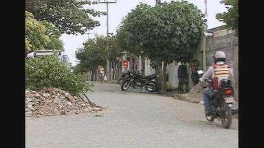 Dois homens são assassinados a tiros durante passeio de moto - Crime aconteceu em Santa Cruz do Capibaribe - vítimas morreram no local.