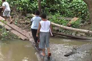 Por falta de ponte, estudantes atravessam riacho para ir à escola - Estudantes da zona rural de Balsas, se arriscam desde que a ponte sobre o riacho caiu, em dezembro do ano passado.