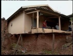 Família busca na Justiça solução para buraco ao lado de casa - Moradores se preocupam com os dias de chuva na cidade de Lucélia.
