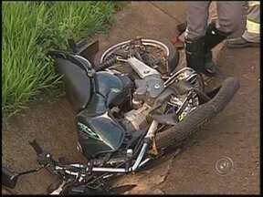 Acidente entre carro e moto mata duas pessoas na região de Araçatuba, SP - Dois homens morreram num acidente entre dois veículos, na tarde desta quarta-feira (12), na rodovia Gabriel Melhado, em Brejo Alegre. As vítimas, que não resistiram aos ferimentos, estavam em uma moto.