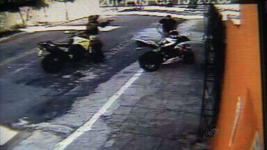 Imagens flagram policial agredindo homem em abordagem violenta - Policial perseguiu homem cuja placa do veículo havia caído.