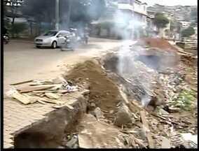 Administração de Valadares reclama que moradores não colaboram com sistema de coleta - Segundo prefeitura, alguns moradores descartam lixo em locais totalmente inadequados.