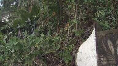 Chuva causa desmoronamento de muro em São Vicente, SP - Momento da queda foi gravado