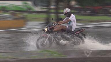 Chuva causa problemas para moradora de morro em Santos, SP - Tempestade gerou caos na Baixada Santista