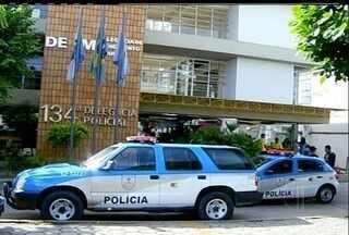Operação coíbe tráfico de drogas em bairro de Campos, no RJ - Drogas foram encontradas no encanamento de um comércio da Penha.PM está no local desde a madrugada desta quinta-feira (13).
