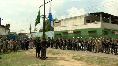Policiais militares ocupam favelas da Vila Kennedy e da Metral - Sem fazer nenhum disparo, 270 policiais militares ocuparam as favelas da Vila Kennedy e da Metral, onde moram mais de 30 mil pessoas.
