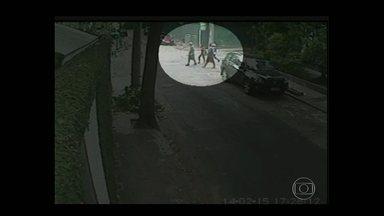 Ladrões invadem casa de Letícia Spiller e polícia divulga imagens de quadrilha na Zona Sul - A atriz Letícia Spiller teve a casa no Intanhangá invadida e roubada. Ela chegou a ser amarrada com a família. A polícia investiga uma quadrilha que vem agindo na Zona Sul.