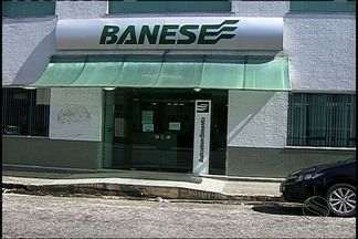 Homens invadem agência bancária e levam coletes e armas dos vigilantes - Homens invadem agência bancária e levam coletes e armas dos vigilantes.
