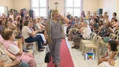 Voluntárias de hospital de São José dos Campos, SP, fazem desfile solidário - No desfile, realizado uma vez por ano, elas mostram roupas de passeio e até vestidos de festa. Todas as peças são doadas.