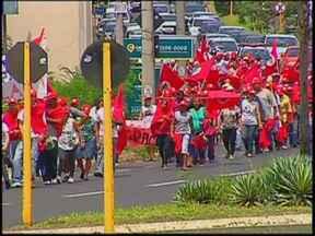 Marcha interdita Rondon e avenida de Bauru para cobrar área de assentamento - Uma marcha com centenas de pessoas interditou parcialmente a Rodovia Marechal Rondon e parou uma das principais avenidas de Bauru durante nesta quinta-feira. Os manifestantes tinham um endereço certo: o Fórum da Justiça Federal.