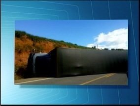 Carreta tomba na 381, próximo a Periquito, e deixa o tráfego lento na região - Segundo testemunhas, o acidente aconteceu em uma curva.