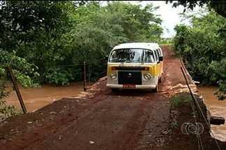 Ponte em estado precário preocupa produtores rurais de Jataí - Via é o principal acesso para alunos da escola rural da região. Situação preocupa pais, alunos e moradores.
