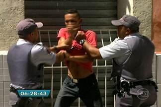 Policiais e usuários de crack entram em conflito na Cracolânida - Começou mais uma etapa da operação Braços Abertos, que oferece vagas de trabalho e moradia para dependentes de crack. Segundo a Prefeitura, em dois meses, 293 pessoas abandonaram as drogas.