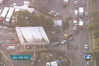 Cobrança de estacionamento no Ceagesp causa congestionamento na região - Uma enorme fila de carros e caminhões se formou na Avenida Gastão Vidigal e o trânsito ficou lento até na pista local da Marginal Pinheiros.