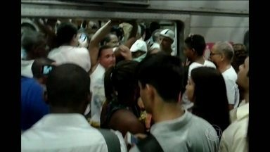 Problema em subestação causa transtornos a passageiros do metrô - Os usuários enfrentaram muitas dificuldades para embarcar. As plataformas estavam cheias e os vagões, superlotados. Durante uma confusão, uma mulher caiu na escada rolante e precisou ser atendida.