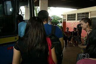 Prefeitura contrata nova empresa de transporte escolar após protesto em Alexânia - Os estudantes bloquearam a BR-060 em protesto contra a situação dos veículos que faziam o transporte escolar.