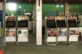 Polícia apreende máquinas caça-nínqueis e produtos falsificados em Luziânia - Em menos de uma hora de operação, a polícia aprendeu mais de 5 mil CDs e DVDs.