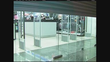 Loja de informática é assaltada em Caruaru - Vários produtos foram levados e assaltantes chegaram a agredir uma funcionária.