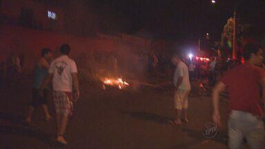 Famílias voltam a invadir área em bairro de Ribeirão Preto - Eles haviam sido retirados do local, no Planalto Verde, mas voltaram no período da tarde de quinta-feira (13).