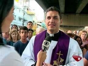 Mais de 550 fieis da Igreja Católica participam de caminhada no ES - Próxima Via Sacra está marcada para a sexta-feira (21), em Vila Velha.'Grande penitência é renunciar um pouco do nosso tempo', diz padre.