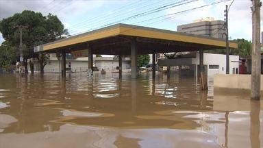 Mais de 12 mil famílias estão desabrigadas por causa das enchentes na Região Norte - Ao todo, 18 bairros de Rio Branco foram inundados. Mais de 1,1 mil estão desabrigadas. Parte da BR-364 está submersa e já compromete o abastecimento de alguns produtos, como combustíveis.