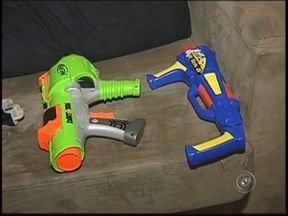 Lei que proíbe venda de armas de brinquedo começa a valer no noroeste paulista - Começa a valer nesta sexta-feira (14) a lei que proíbe a venda e a fabricação de armas de brinquedos em todo estado. Uma medida parecida já está em vigor no Distrito Federal desde ano passado.