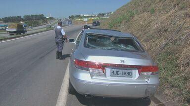 Ciclista é atropelado e arrastado em rodovia de Indaiatuba, SP - Um ciclista foi atropelado e arrastado por um carro na Rodovia Santos Dumont na manhã desta sexta-feira (14). O motorista do veículo não teria visto o ciclista.