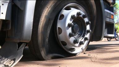 Caminhão roubado é parado a tiros na estrada - Polícia recebeu alerta de empresa de monitoramento de São Paulo e perseguiu o caminhão. Carga de tecido estava sendo levada para o Paraguai.