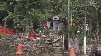 Defesa Civil quebra rocha que rolou por 60 metros - Moradores terão sair do local
