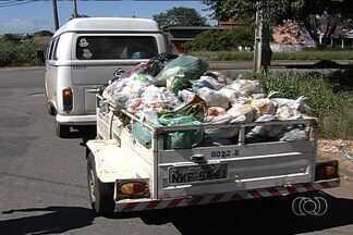 Funcionários da prefeitura usam até Kombi para colher lixo em Goiânia - Com fim de contrato com empresa que fornecia os caminhões coletores, lixo se acumula por ruas e calçadas da capital.