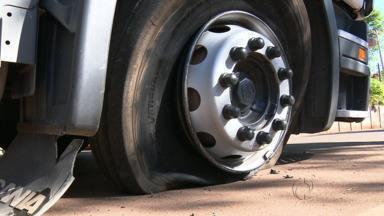 Polícia persegue ladrão que roubou carreta em Mandaguari - Ladrão só se entrega na praça de pedágio depois que o pneu da carreta fura