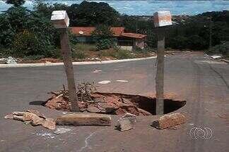 Telespectadores registram buracos em ruas de Aparecida de Goiânia e Goiânia - Em alguns casos, moradores sinalizam buracos de forma criativa para evitar acidentes.