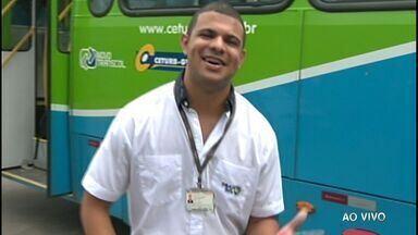 Motorista de ônibus do ES faz sucesso na internet dançando o 'Lepo Lepo' - Ele gravou o vídeo durante o intervalo de trabalho, dentro de um ônibus do sistema Transcol.