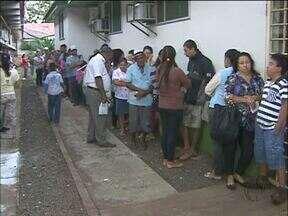 Pacientes fazem fila no laboratório central da Av. Paraná - Primeiros pacientes chegam às 4h da manhã para serem atendidos. Postos não estão mais fazendo a coleta de material e encaminham os pacientes para a unidade no centro.