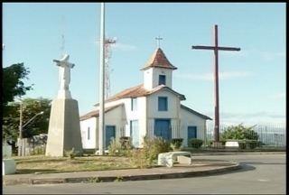 Inaugurada em 1886, a igreja do Morrinhos está passando por reforma - Igreja foi construída para pagar uma promessa.