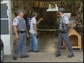 Policial de folga atira contra ladrões em loja de rações de Marília - Os criminosos entraram no local com armas falsas e apontaram para um cliente que estava fazia compras, mas para o azar dos ladrões, o homem era um policial que estava fora do horário de serviço.