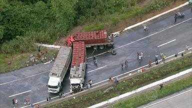 Acidente envolvendo três caminhões interdita BR-101 durante cinco horas - Três pessoas ficaram feridas.
