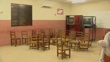 Escola em Santana atrasa início do ano letivo por problemas estruturais - A escola Almirante Barroso, em Santana, enfrenta falta de estrutura. O problema atrapalhou o início do ano letivo.