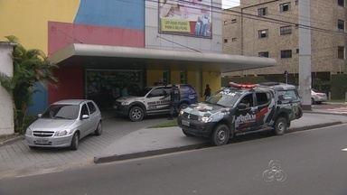 Alunos de escola de idiomas são assaltados, em Manaus - Suspeita entrou no local junto a dois homens, que anunciaram o assalto; Grupo levou R$ 200 da escola, além de pertences de alunos e funcionários.