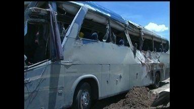 Acidente com ônibus provoca seis mortes na Bahia - O ônibus saiu da pista e tombou na BR-242. A polícia aguarda o resultado da perícia para saber as causas do acidente.