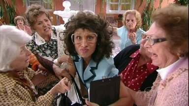 Umbelinda mostra sua delicadeza com a turma da terceira idade - As velhinhas não estavam preparadas para as doces verdades da assistente social!