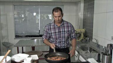 Nutricionista ensina receita para homens cozinharem para mulheres - Nutricionista Marcus Vinícius Martins ensina receita de ragu de carne de sol com mousseline de mandioca e chips de banana da terra verde.