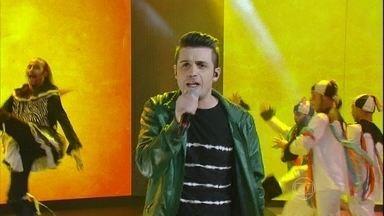 Gabriel Valim faz entrada triunfal e brilha no palco do Domingão com 'Piradinha' - Divirta-se com o musical incrível do cantor no programa