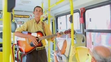 Artista de rua sobre tempo em ônibus: 'me coloco no lugar dos passageiros' - Artista canta dentro de ônibus para distrair os passageiros