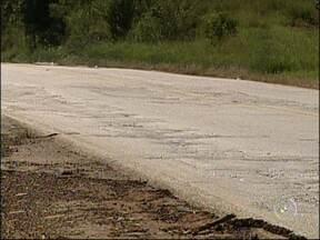 Serviço de tapa-buracos deixa pista cheia de desníveis na Raposo Tavares - Na rodovia Raposo Tavares, em Paranapanema, o serviço de tapa-buracos deixou a pista cheia de desníveis. E esse não é o único motivo para reclamação dos motoristas, em alguns pontos o asfalto cedeu, não existe acostamento e há mato.