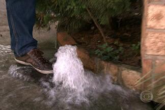 Equipe da Sabesp tem dificuldade em conter vazamentos de água - Em tempos de racionamento de água, moradores de São Paulo registram os desperdícios. A própria Sabesp faz campanhas para todo mundo economizar esse bem tão precioso, mas nem sempre faz o conserto no mesmo dia.
