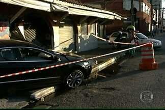 Acidente de carro provoca vazamento de água na Zona Norte de SP - Motorista bateu em uma loja em Santana e carro atingiu um cano de água. Calçada ficou encharcada e a Sabesp foi chamada para fazer o conserto.
