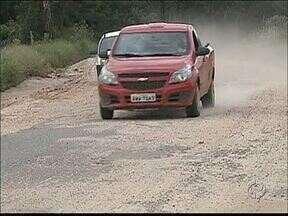 Morador reclama das condições do asfalto em localidade de Carambeí - Asfalto foi feito em 2011, mas os buracos estão por toda parte.