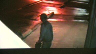 Câmeras registram homem quebrando e furtando parquímetros - Pelo menos cinco equipamentos ficaram sem funcionar