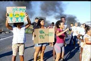 Moradores de área de risco fazem ato contra mudança em Campos, no RJ - Quem mora em Tapera reclama de se mudar para Ururaí.Prefeitura informou que recebe um grupo de manifestantes neste momento.